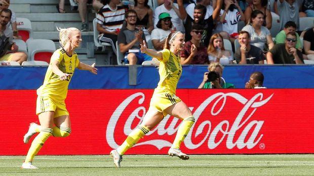 Kosovore Asllani (kanan) memberikan keunggulan untuk Swedia di babak pertama.
