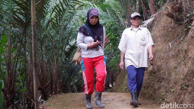 Sepasang buruh panggul, Suparmo dan istrinya Ginah.