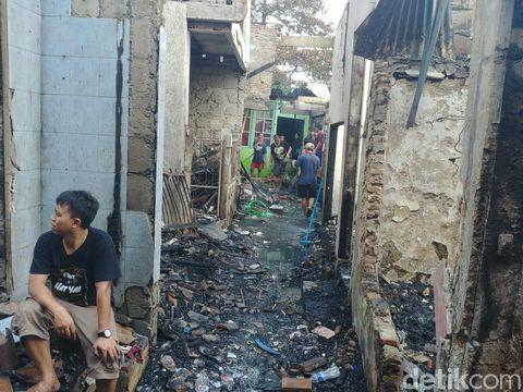 Api merambat dengan cepat karena material rumah yang mudah terbakar. Selain itu lokasi kebakaran merupakan permukiman padat