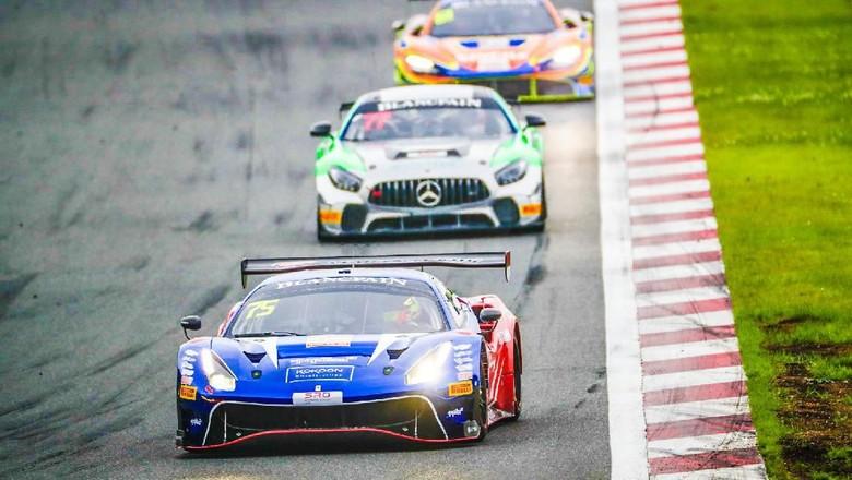 Mobil balap Ferrari 488 GT3 yang digunakan Rio Haryanto dan David Tjiptobiantoro (paling depan) Foto: Dok.T2 Motorsports