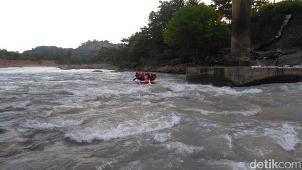 Wisata air arung jeram di Sungai Bili-bili yang selalu dikunjungi wisatawan pada akhir pekan. Mereka bisa latihan bersama dengan anak-anak muda yang menyukai olahraga arus deras atau arung jeram yang ada di sini (Ibnu Munsir/detikcom)