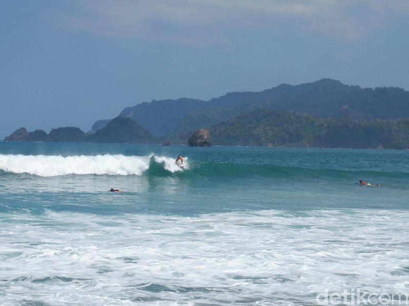 Pantai Pulau Merah Banyuwangi menggelar kompetisi Gandrung Surf Competition 2019. Peselancar dari Nusantara dan mancanegara turut serta dalam ajang ini (Ardian Fanani/detikcom)