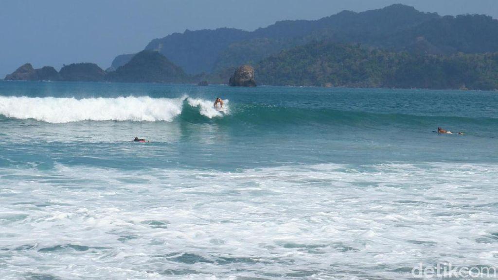 Foto: Serunya Lomba Surfing di Pantai Pulau Merah Banyuwangi