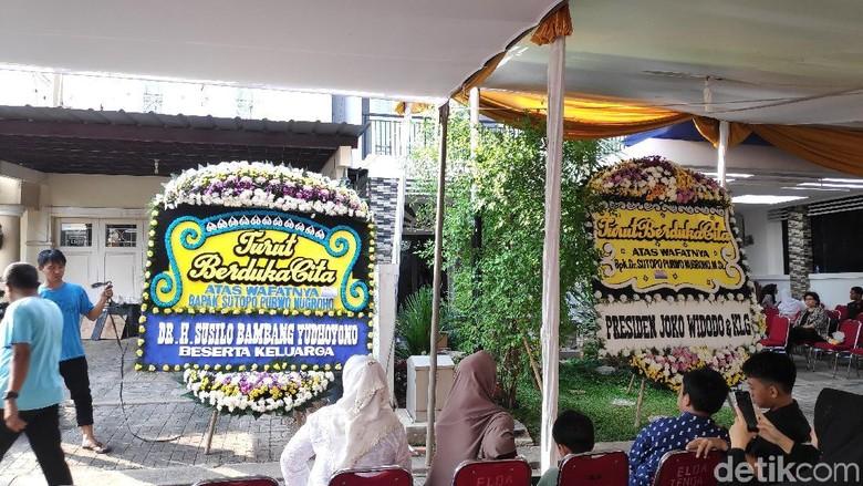 Jokowi hingga SBY Kirim Karangan Bunga ke Rumah Duka Sutopo