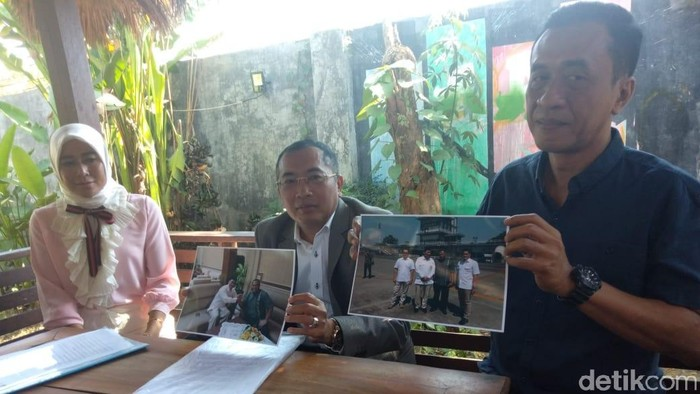 Muzzayin menunjukkan foto Rahmat dengan Prabowo (Foto: Suparno)