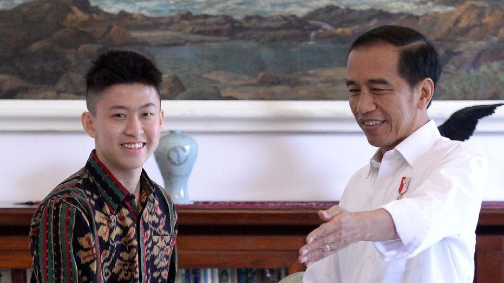 Ekspresi Jokowi Dengarkan Lagu Baru Rich Brian