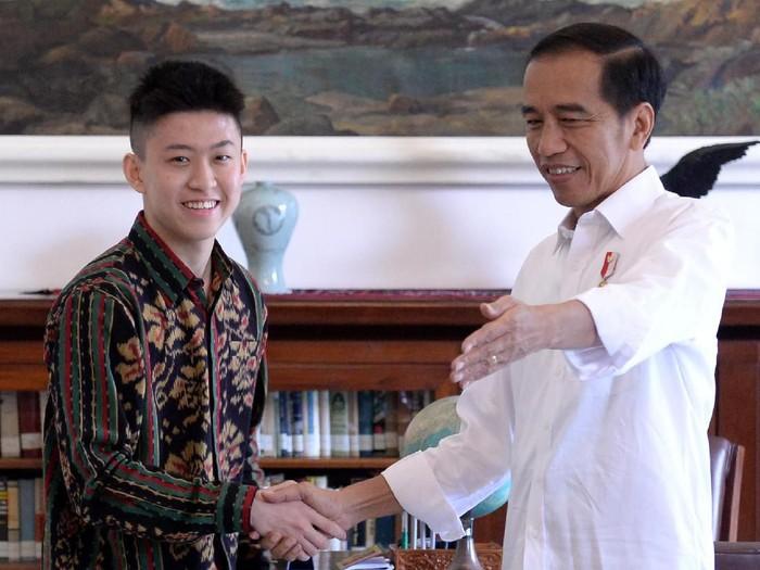 Presiden Jokowi bersama Rich Brian (Foto: ANTARA FOTO/BPMI-Kris)