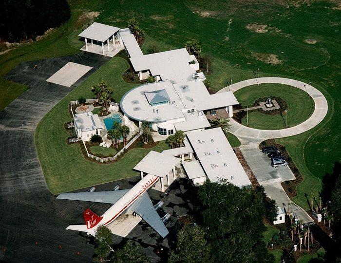 Aktor kawakan Hollywood John Travolta, 2016 lalu membeli Rumah Perumahan Udara Jumbolair di Florida.