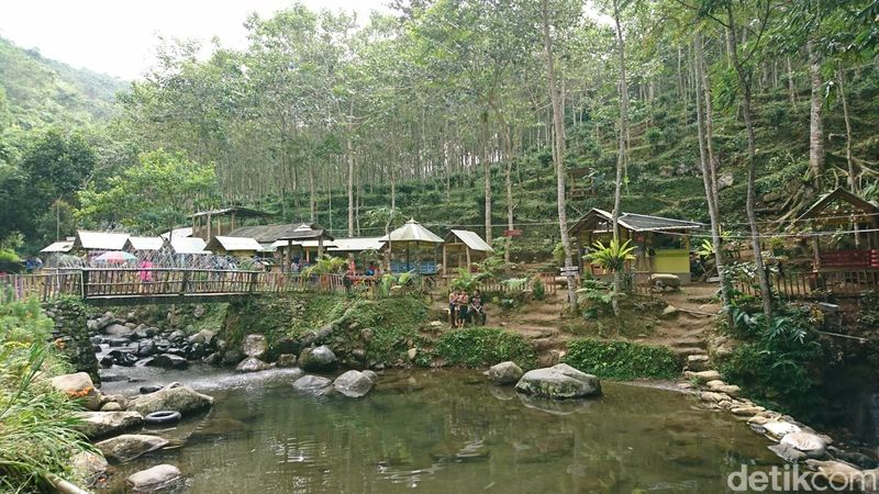 Kesejukan langsung terasa saat memasuki wisata alam Kedung Minten di Desa Nglurup, Kecamatan Sendang, Tulungagung. Gemercik air sungai memecah kesunyian dan menambah kental nuansa alam pegunungan (Adhar/detikcom)
