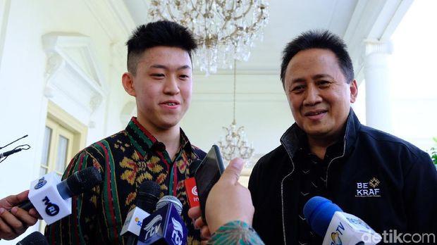Rich Brian dan Kepala Bekraf Triawan Munaf saat meladeni sesi wawancara seusai bertemu Presiden Jokowi di Istana Bogor.