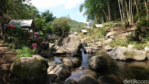 Sungai ini cukup aman untuk anak-anak, karena tidak deras dan relatif dangkal. Di lokasi tersebut juga disediakan pelampung bagi yang ingin berenang di kawasan sungai (Adhar/detikcom)