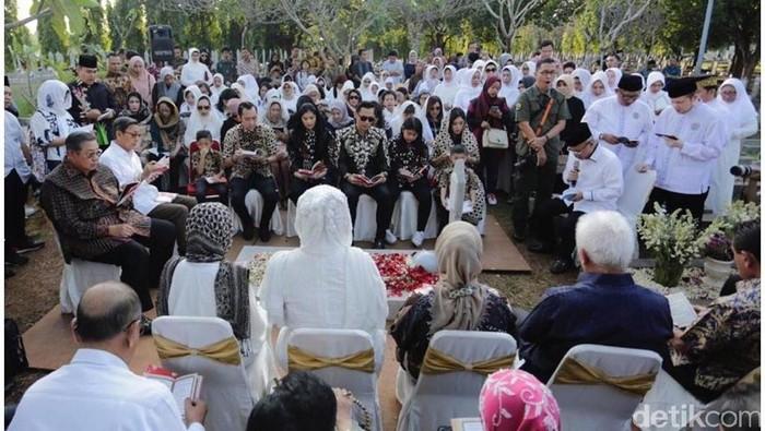 SBY dan keluarga ziarah ke Makam Ani Yudhoyono (Foto: Instagram Ibas)