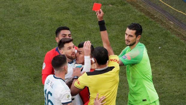 Kekalahan dari Brasil di semifinal dan kartu merah saat melawan Chile membuat Lionel Messi melontarkan beberapa komentar kontroversial.