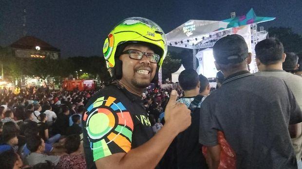 Seorang peserta nonton bareng MotoGP Jerman di Denpasar, Bali.