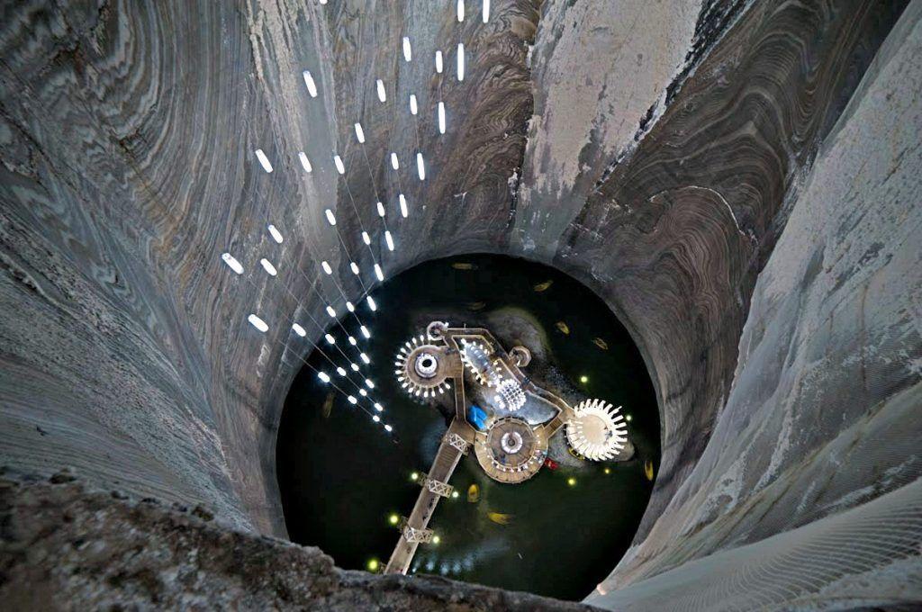 Salina Turda, di Turda, Rumania, punya taman hiburan bawah tanah yang terletak di dalam salah satu tambang garam tertua di dunia. Foto: via Brainberries
