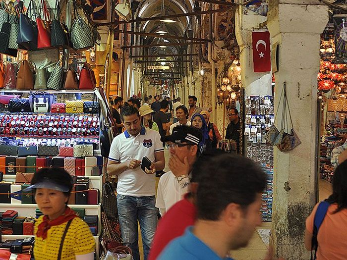 Pasar yang memiliki arti Grand Bazaar ini sangat terkenal di Turki. Pasar ini menjadi tempat yang wajib dikunjungi bagi para turis di Turki.