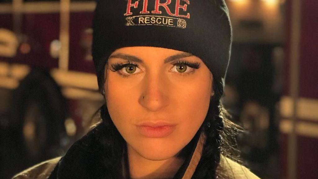 Potret Pemadam Kebakaran Seksi yang Buktikan Wanita Tak Lemah