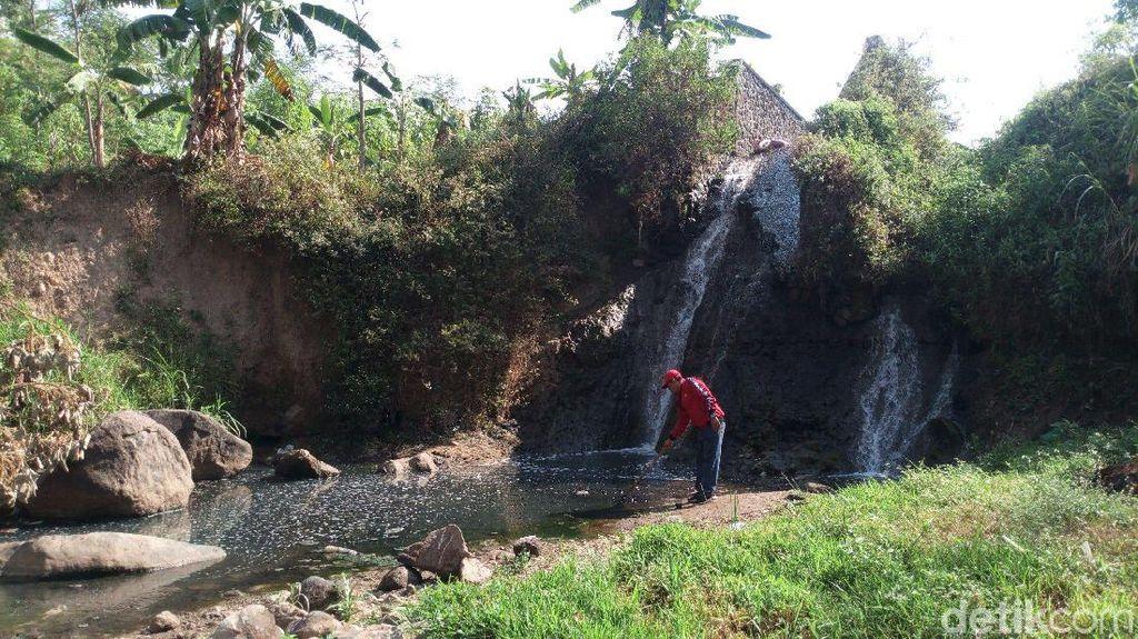 Iyuh...Air Sungai di Semarang Ini Hitam dan Berlendir karena Limbah
