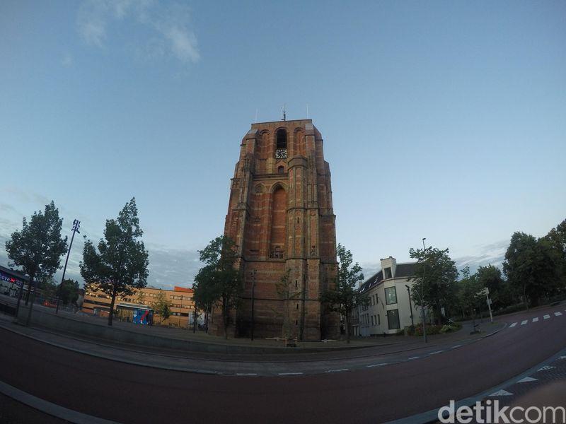Terletak di Leeuwarden, ibukota Provinsi Friesland, De Oldehove membuktikan bahwa bangunan gagal juga bisa jadi destinasi wisata favorit. (Uyung/detikcom)