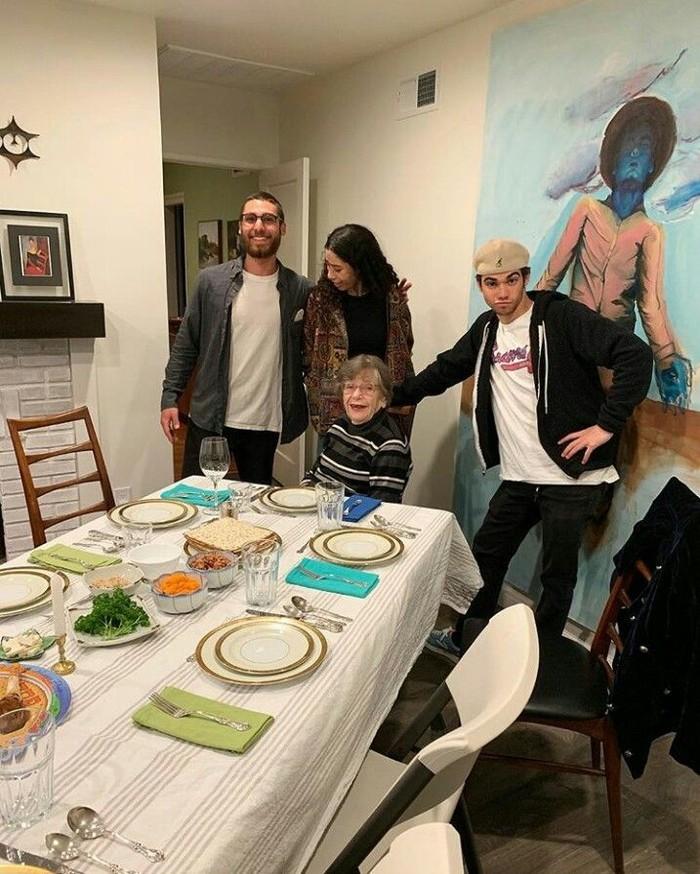 Melalui akun instagramnya, Cameron kerap kali membagikan momen makan bersama keluarganya. Seperti foto yang satu ini, bintang film Grows Up ini tengah bersiap bersantap dalam rangka hari paskah. Foto: instagram @thecameronboyce