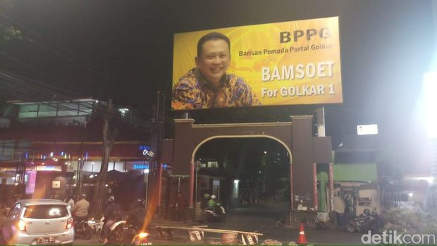 Baliho di Jalan Pejompongan Raya, Jakpus