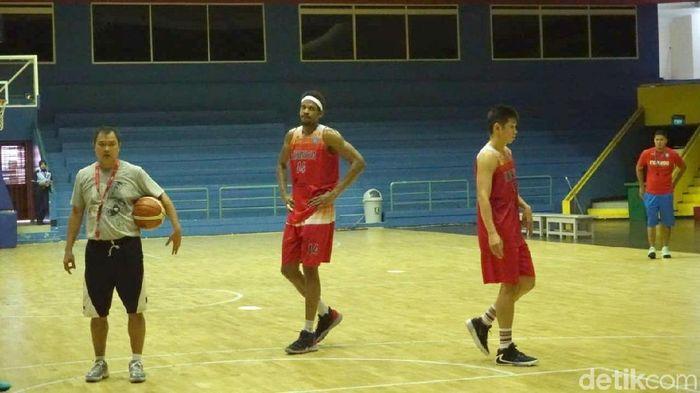 CJ Giles (tengah) berlatih ebrsama Timnas basket putra sebelum menuju ke William Jones Cup 2019. (Mercy Raya/detikSport)