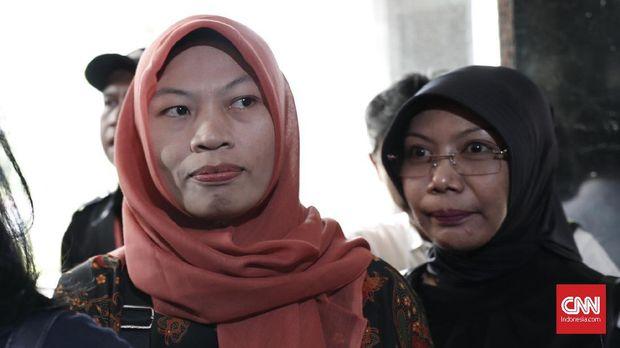 Baiq Nuril dijerat UU ITE karena mengoper rekaman pelecehan seksual yang dilakukan atasannya kepada rekannya.