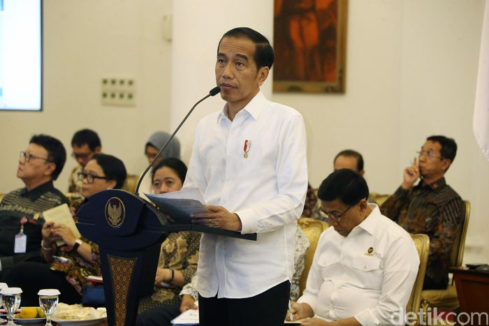 Dalam arahannya Presiden Joko Widodo (Jokowi) meminta para menterinya untuk memperbaiki defisit neraca perdagangan saat ini.
