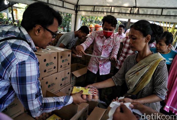 Warga Sunter berbondong-bondong untuk membeli sembako yang dijual murah.