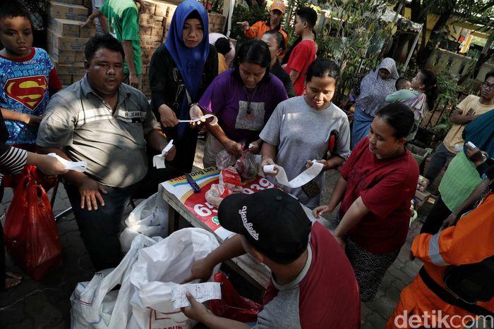 Pemprov DKI Jakarta menggelar pasar murah dengan menjual bahan makan pokok di kawasan Sunter Jaya, Jakarta Utara.