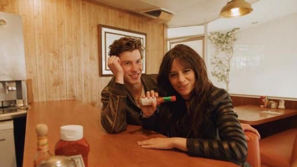 Makin Panas! Shawn Mendes dan Camila Cabello Kepergok Ciuman