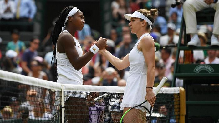 Cori Gauff menyalami Simona Halep usai bertanding di babak keempat Wimbledon 2019. (Foto: Shaun Botterill/Getty Images)
