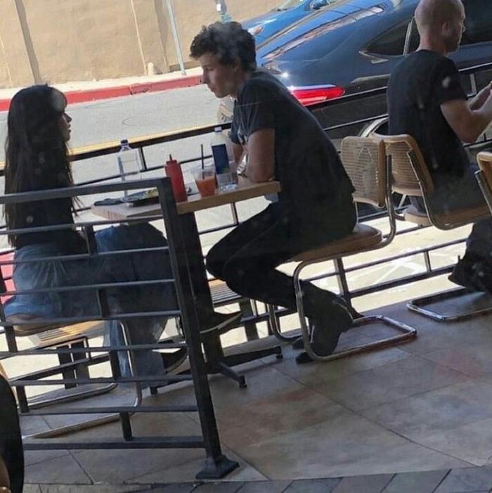 Foto yang diambil secara diam-diam ini memperlihatkan Shawn Mendes dan Camila Cabello tengah makan bareng di sebuah kafe. Foto: Istimewa