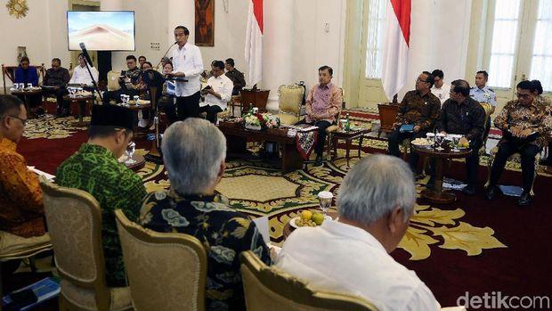 Presiden Jokowi, Wapres Jusuf Kalla, dan jajaran menteri saat sidang kabinet paripurna di Istana Kepresidenan Bogor, Jawa Barat.