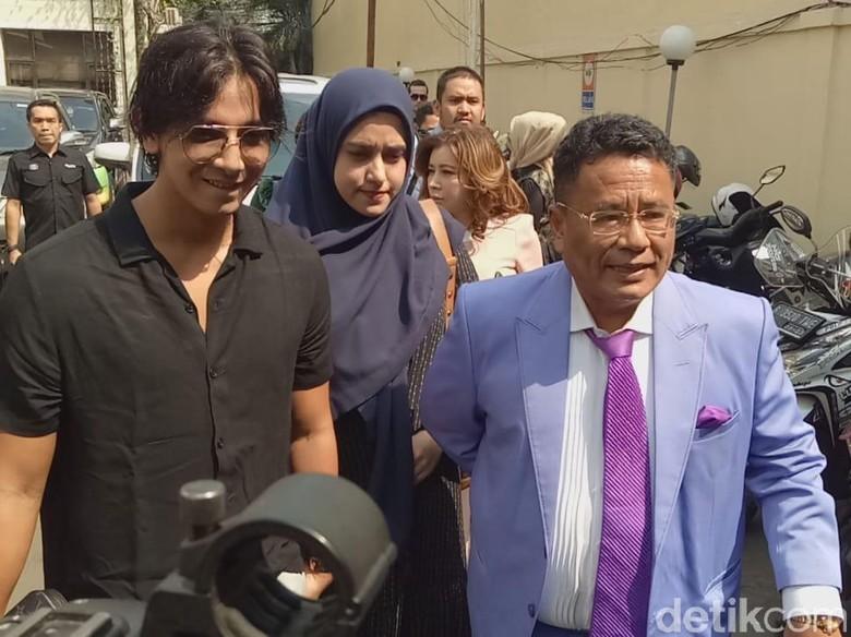 Foto: Artis Fairuz A Rafiq dan pengacaranya Hotman Paris Sitompul menyambangi Komisi Nasional Anti Kekerasan Perempuan (Zunita-detikcom)..