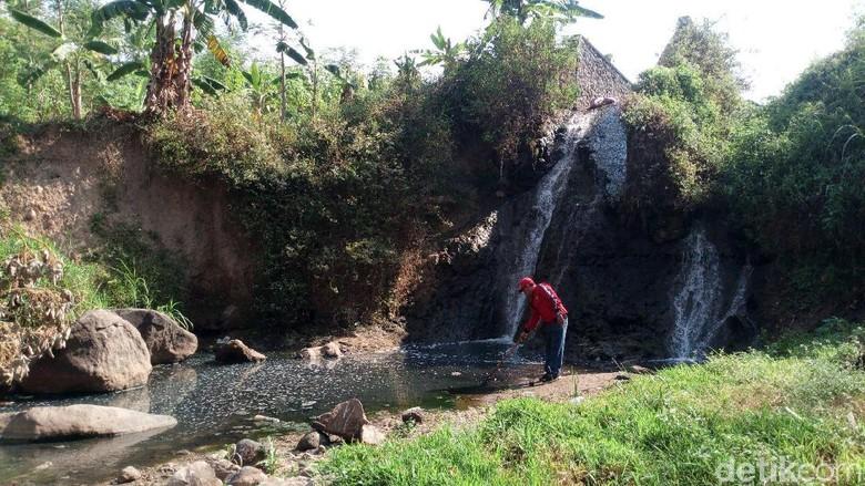 Tercemar Limbah, Air Sungai Desa Klepu Hitam dan Berlendir