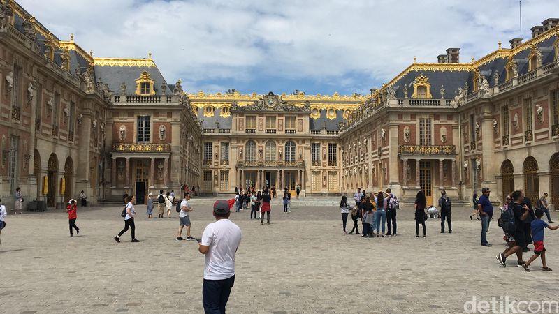 Paris punya banyak tempat bersejarah. Selain Menara Eiffel dan Museum Louvre, ada pula Istana Versailles yang usianya sudah ratusan tahun. (Angga Aliya/detikcom)