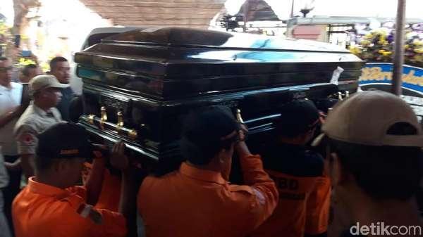 Video: Tangis Keluarga Saat Jenazah Sutopo Tiba di Rumah Duka