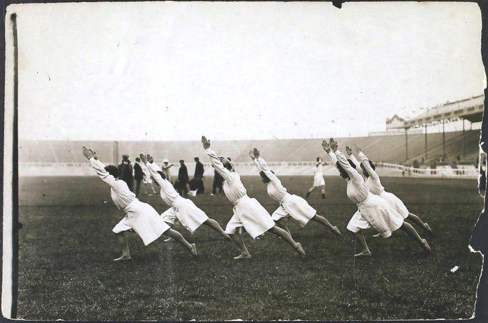 Orang-orang Yunani kuno menjaga kesehatan dan menjadikan pertumbuhan badan yang harmonis dengan senam. Dan awal adab ke-20 senam dijadikan pendidikan di sekolah Amerika. Gettyimages.