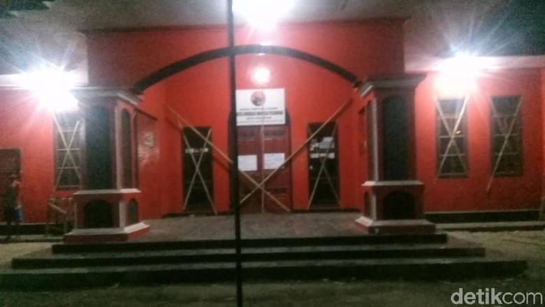 Kecewa Hasil Konfercab, Kader PDIP Kota Pasuruan Segel Kantor DPC