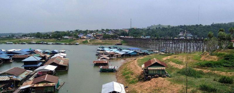 Di sanalah dua suku yang sangat berbeda telah belajar untuk hidup berdampingan. Kota Sangkhlaburi amat terpencil dan berlanskap perbukitan di Thailand barat (John McMahon/BBC)
