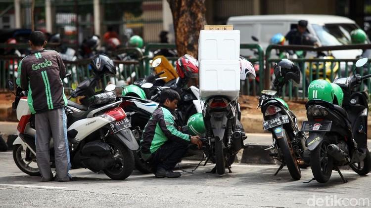 Sejumlah motor milik ojek online parkir sembarangan di Jalan Mangga Dua Raya, Jakarta. Senin (8/7/2019). Mereka parkir untuk sekedar mengambil barang di dalam mal hingga menunggu orderan.