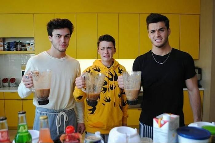 Membuat konten minum jus yang dicampuraduk, posenya bersama Dolan Twins ini terlihat ogah untuk minum jusnya ya. Foto: Instagram @noahschnapp