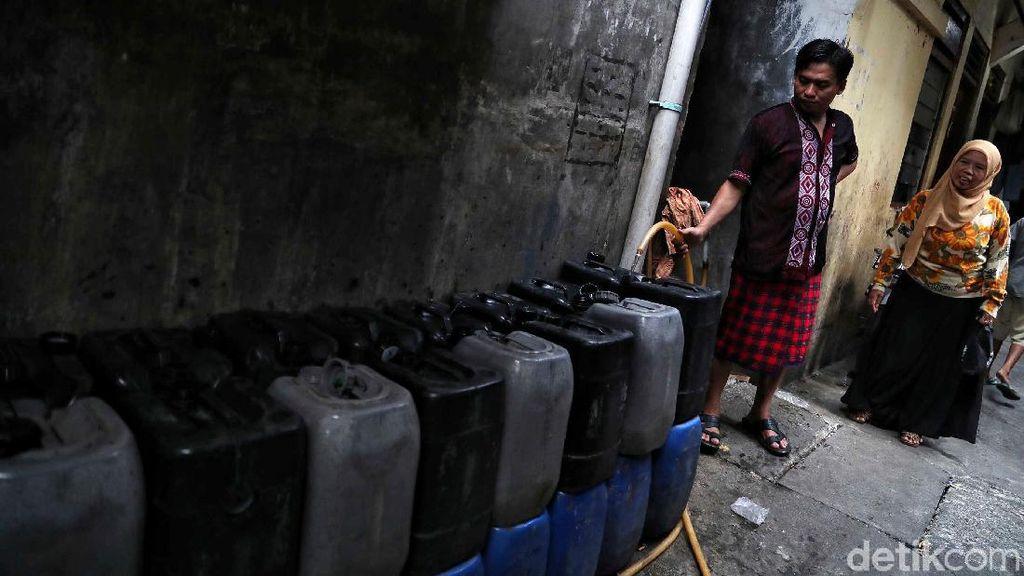Sulit Akses Air Bersih, Warga Terpaksa Cuci Baju Pakai Air Amis