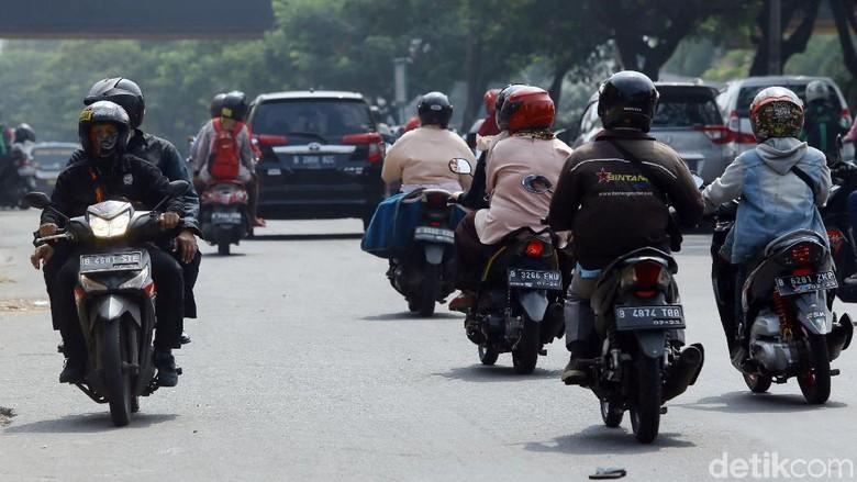 Sejumlah pengendara motor nekat melawan arus lalu lintas saat berkendara. Tak jarang aksi nekat itu dilakukan demi dapat mempersingkat waktu tempuh.