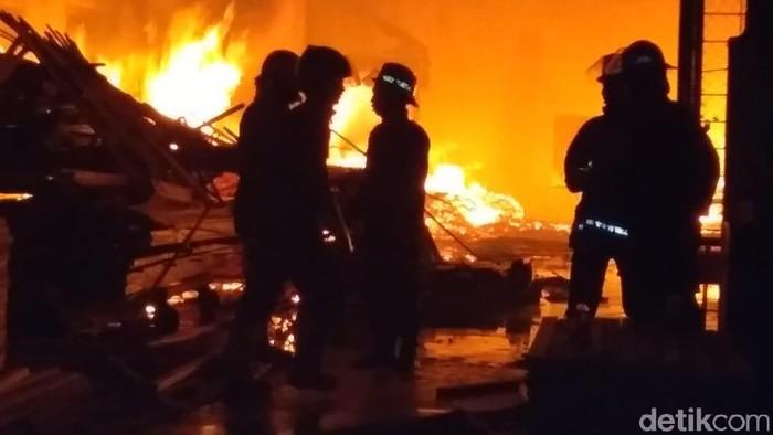 kebakaran di pabrik pengolahan kayu di Sidoarjo (Foto: Suparno)