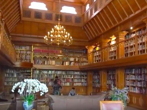 Perpustakaan dua lantai di rumah Habibie.