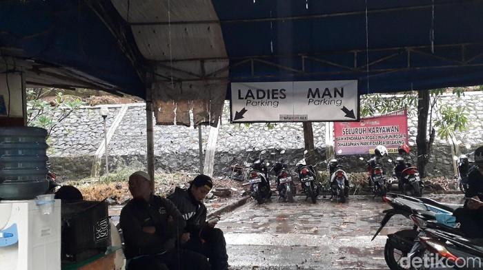 Areal parkir yang dipisah untuk pria dan wanita berada tepat di depan Unit Gawat Darurat (UGD). Areal ini tepat di sebelah kiri dari pintu masuk RSUD Depok. (Rosmha Widiyani/detikHealth)
