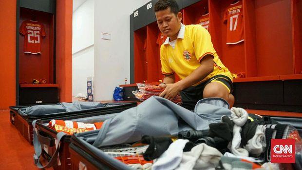 Andika menyiapkan seragam para pemain Persija Jakarta.