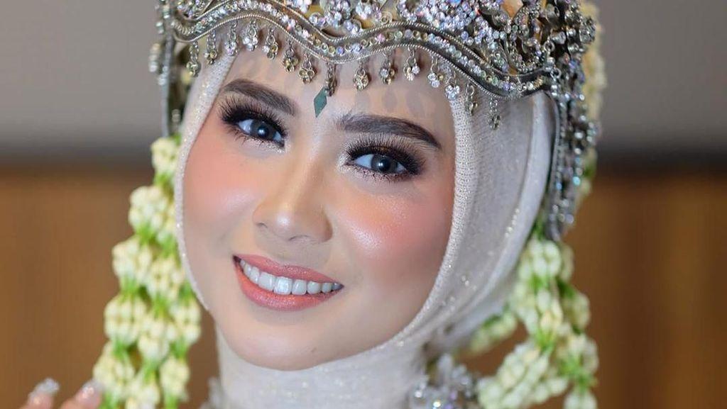 Jadi Pengantin Sunda, Kakak Iqbaal Ramadhan Cantik Berhijab dengan Siger